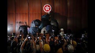 白宫要义(黄耀毅):香港警方驱散试图闯入政府大楼的抗议民众