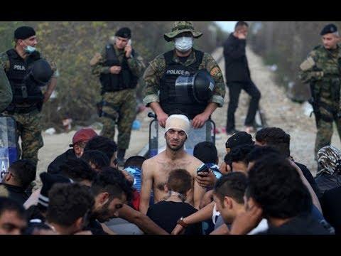 فيديو صادم لمئات اللاجئين السوريين العالقين في اليونان والشرطة تعذب امرأة أمام أطفالها! - هنا سوريا
