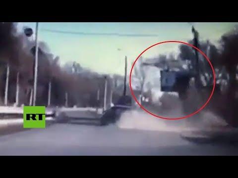 De película: Auto 'sale volando' tras un brutal choque en Rusia