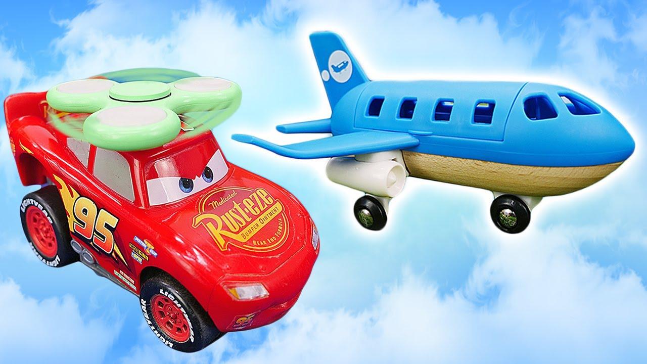 McQueen aprende a volar. El coche de juguete Rayo McQueen. Vídeo para niños