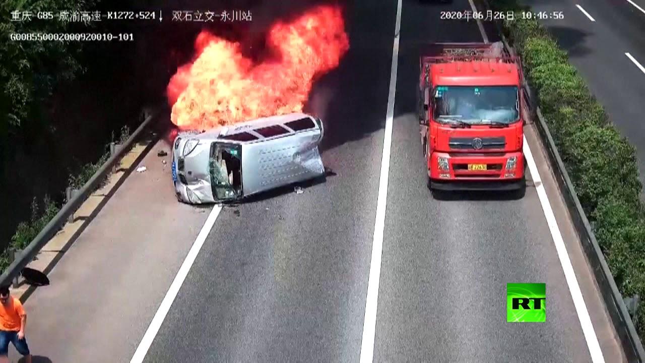 حادث انقلاب سياره و شجاعة رجل تنقذ العائلة من الاحتراق 2020