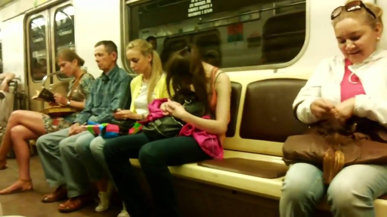 Девушка заснула сидя на унитазе