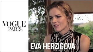 Video Exclusive :  Le Top Eva Herzigova livre ses secrets beauté à Vogue Paris et Dior