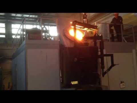 1,5 т Индукционная плавильная электропечь в работе. Процесс плавки и отливка крупной детали.