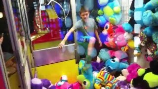 KICKED OUT OF ARCADE FOR GETTING INSIDE CLAW MACHINE