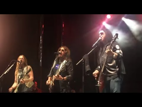 Gene Simmons played w/ former KISS guitarist Ace Frehley live 1st time in 16 years!