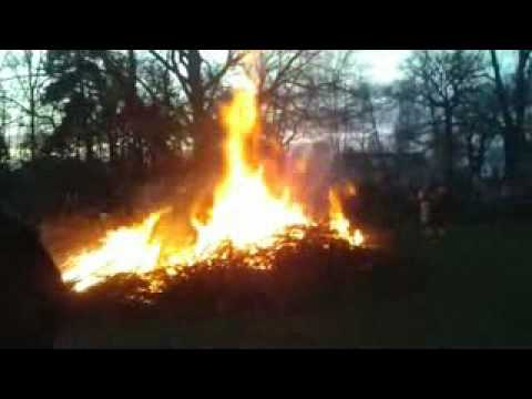 голую девушку сжигают на костре