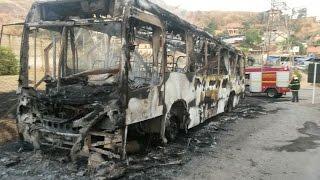 Bombeiros lutam contra chamas em ônibus incendiado por criminosos na divisa entre Ipatinga e Santana