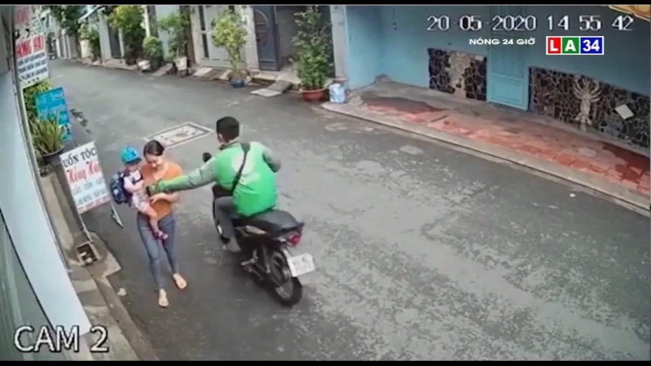 Camera nóng | Người mặc áo xe công nghệ giật điện thoại phụ nữ đang ẵm con | LONG AN TV