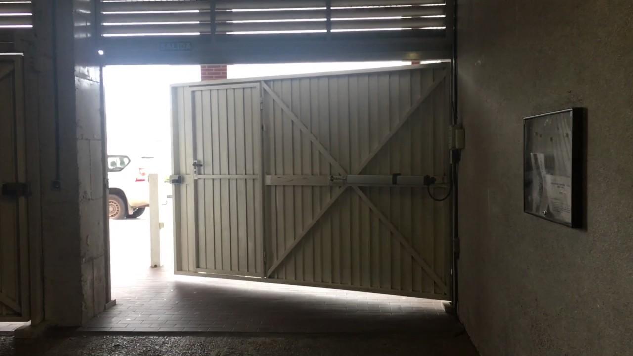 Puerta batiente autom tica de garaje youtube - Puerta de garaje automatica ...