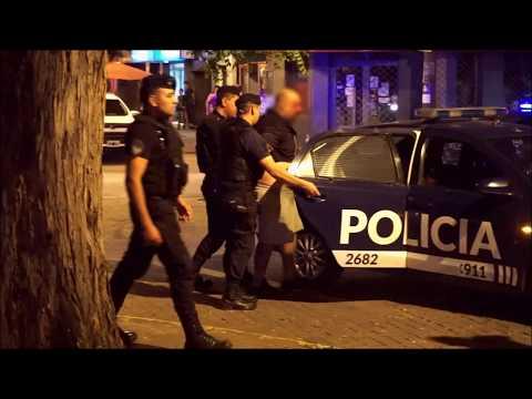Violenta pelea en la Alameda entre la Policía y dos hombres