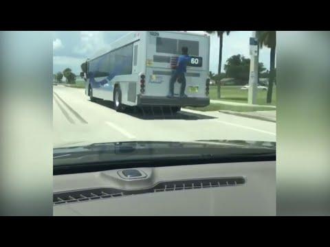 Hombre viaja en la parte trasera de un autobús en Pompano Beach