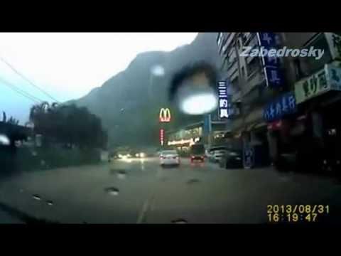 Increíble Derrumbe en Keelung (Taiwán): Los Automovilistas Salvados por Milagro