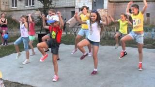 Выступление младшей группы танцевальной школы Dance School SOL/Праздник во дворе-2013(Танцевальная школа Dance School SOL творческого центра для детей и молодежи