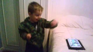 Bebe hace coreografía graciosa - Pasale el hielo - Mueve el toto - (Me gusta)