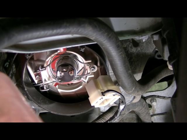 Замена лампы ближнего света на автомобиле Гранта