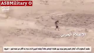 Йеменец тащит товарища и ниодна пуля не достала его