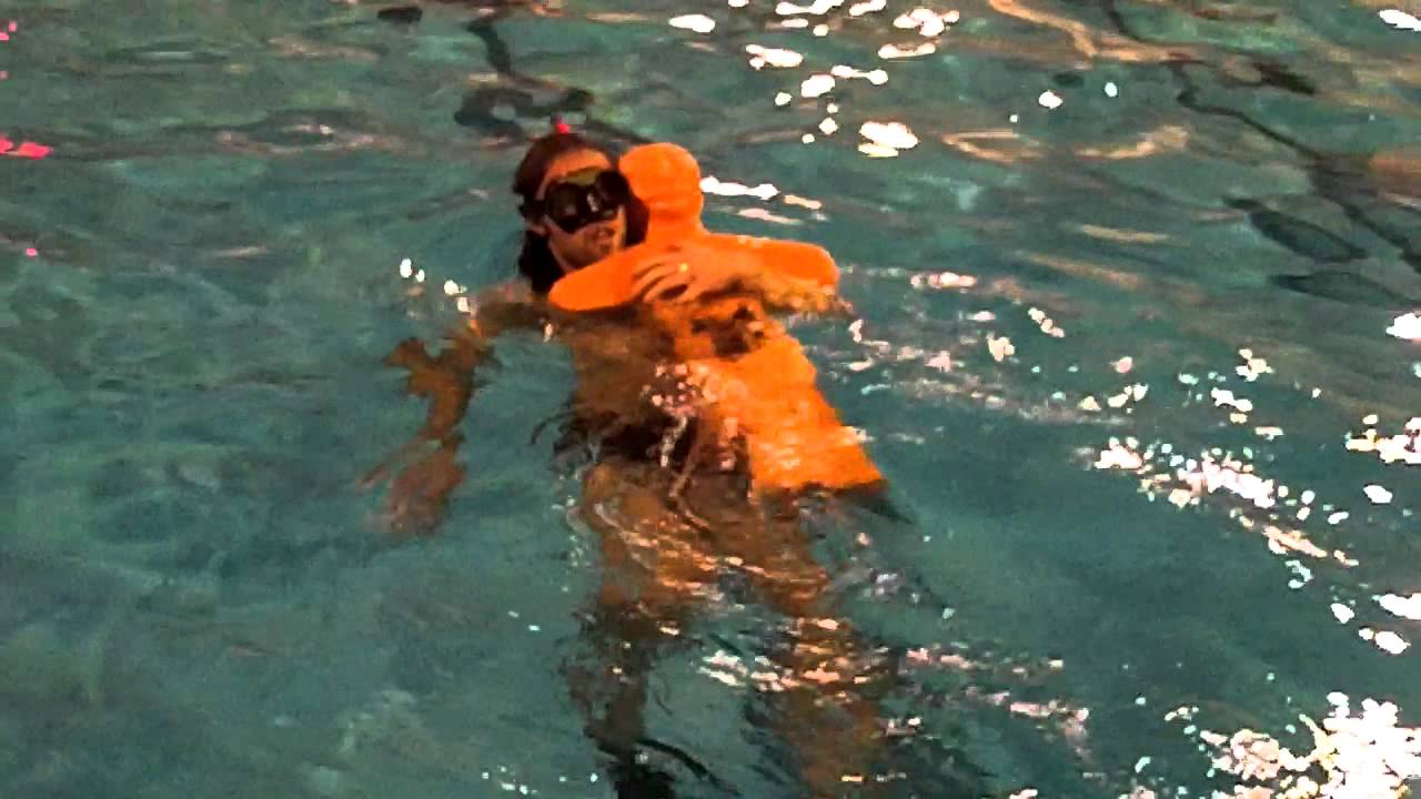 Sauvetage avec le mannequin youtube for Mannequin piscine