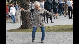 ПРИКОЛ! Бабуля жжет! Бабушка танцует на концерте! grandma dancing prank!