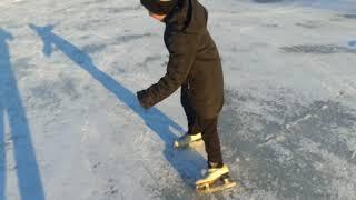 Ваня впервые на коньках