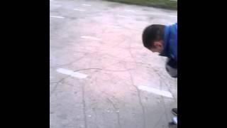 Ржач...папа учит сына кататься на роликах!!!