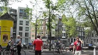 アムステルダムにあるアンネの像の前です。