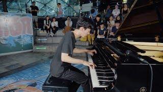 この男子学生の信じられないストリートピアノ演奏 - 上手すぎ..