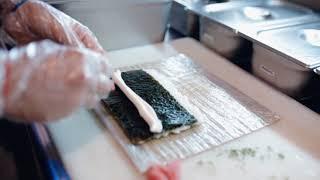 Готовим суши в ресторане The Mix