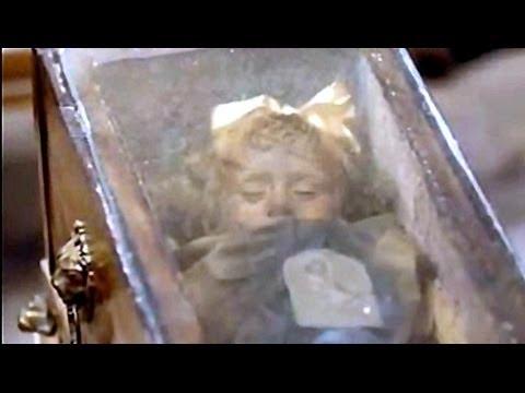 Niña momificada abre y cierra los ojos desde hace 94 años