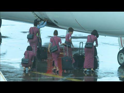 Pramugari Cantik Lion Air Saat Membawa Kopernya Ke Dalam Pesawat Di Bandara Ngurah Rai Bali