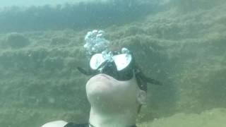 unterwasser im see luft anhalten