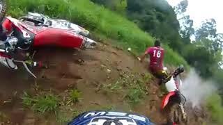 Tombo forte durante o motocross