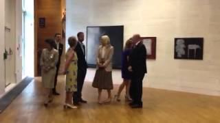 Kongefamilien på dronning Sonjas kunstutstilling