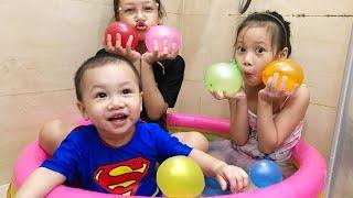 Ngoc Chi Bermain Mengisi Air Dalam Balon Daddy Finger Nursery Rhymes |   Learn Colors With Balloons