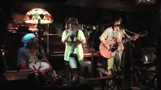 SAN:歌、ギター、ピアノ、ハープ 有田武生:ギター 清水オト:ジャンベ...