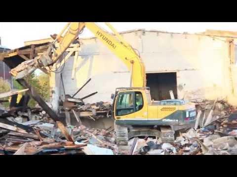 Wyburzanie magazynu przy dworcu PKP w Szczecinku