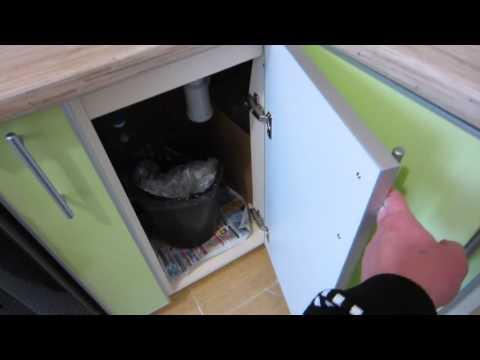 Небольшой угловой кухонный гарнитур.