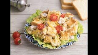 Салат из куриной грудки с помидорами и сухариками.