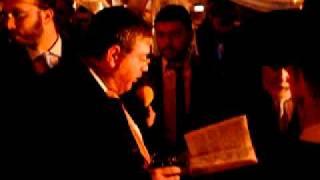 Refael Kruskal reads a blessing.