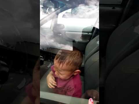 Mamá  abandona  mas de una hora a su hijo en el carro(2)