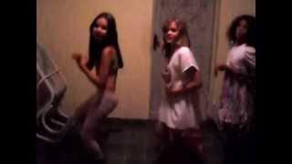 Nicolly, Leticia e Nara dançando