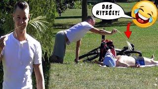 Oberkörperfreie Leute KITZELN PRANK !!! | PvP