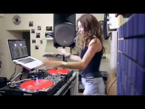 Juicy M showing how to mix 2