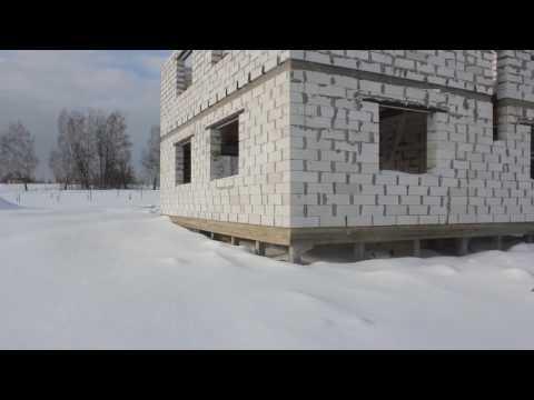 Дом из газобетона, построен на сваях с обязкой ростверком