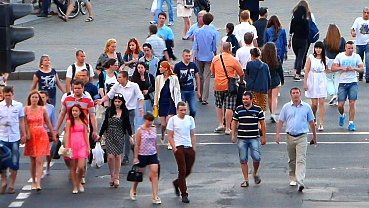 Идущие люди. Толпа людей. Люди на улице. Люди идущие по ...