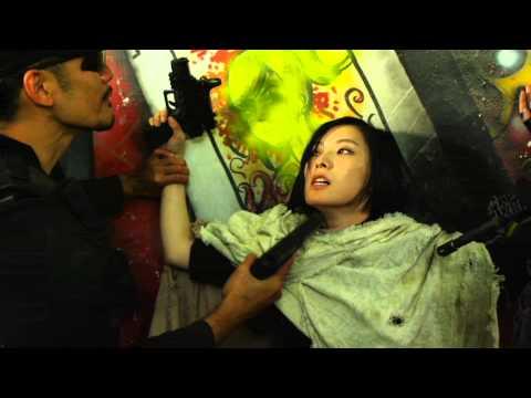 銃を突き付けられ緊迫した演技中の木下あゆ美