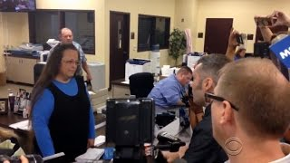 Kentucky clerk still refuses to give marriage licenses