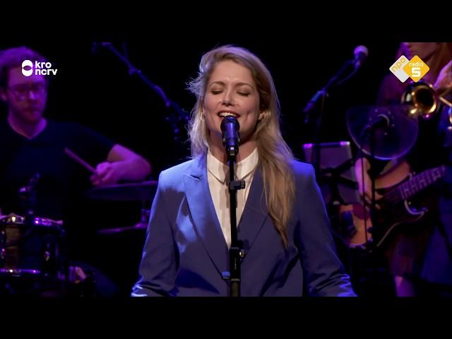 Jenny Arean zingt Het is over en Yentl en de Boer zingen het vervolg hierop: 't is begonnen