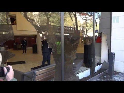 Le cortège de la manifestation antigouvernementale à Paris émaillé de heurts