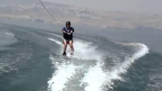 чувак катается на водных лыжах